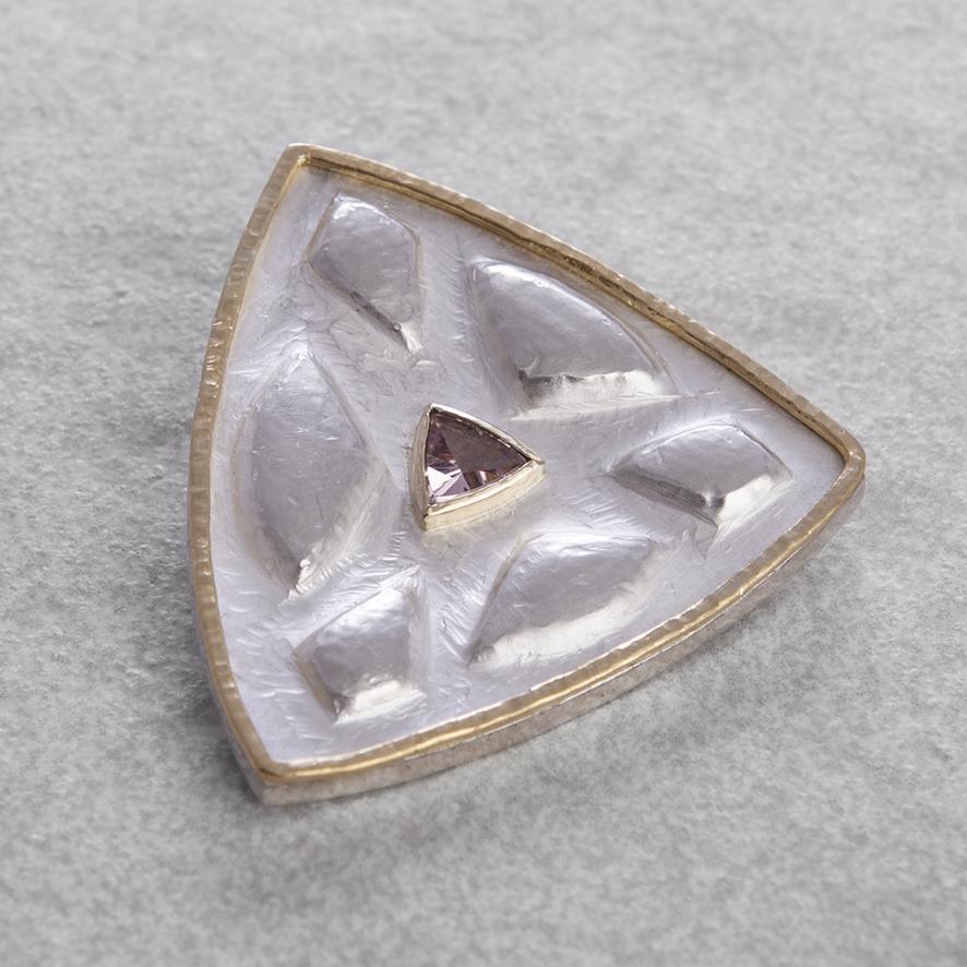 Brosche in Silber und Feingold mit rosa Turmalin