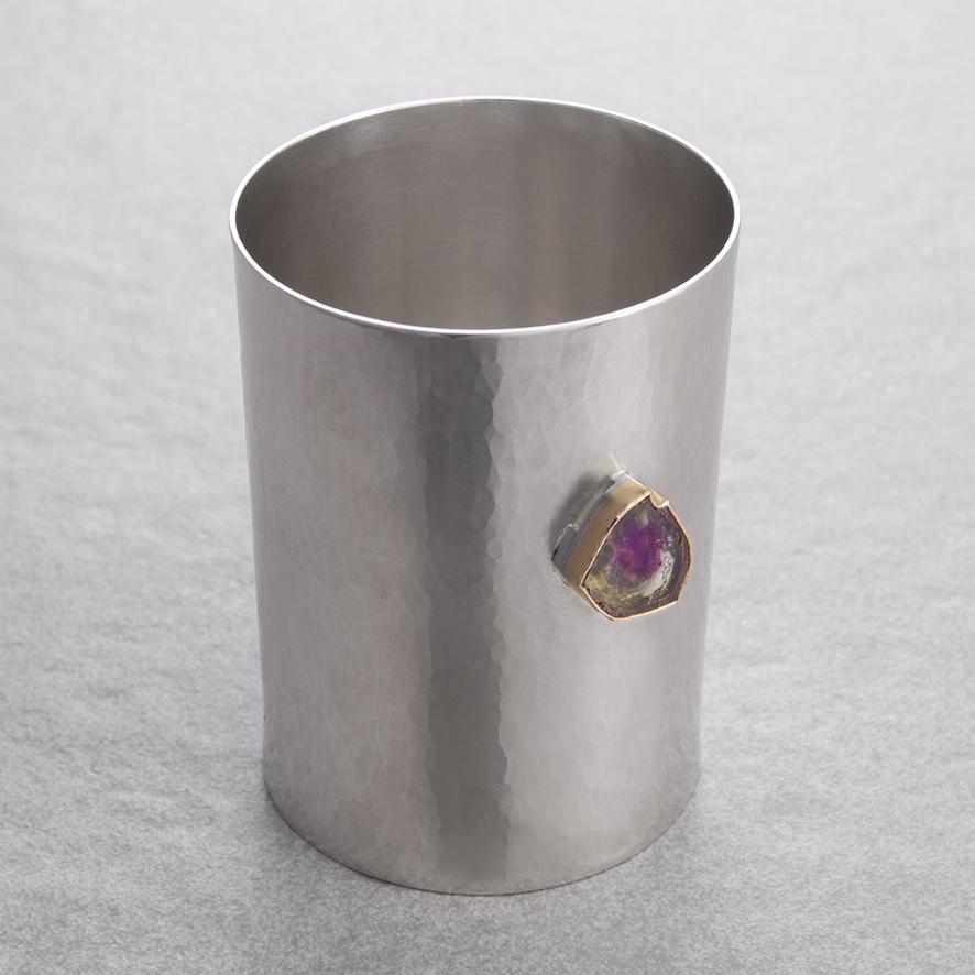 Silberbecher mit Melonenturmalin in einer Feingoldfassung