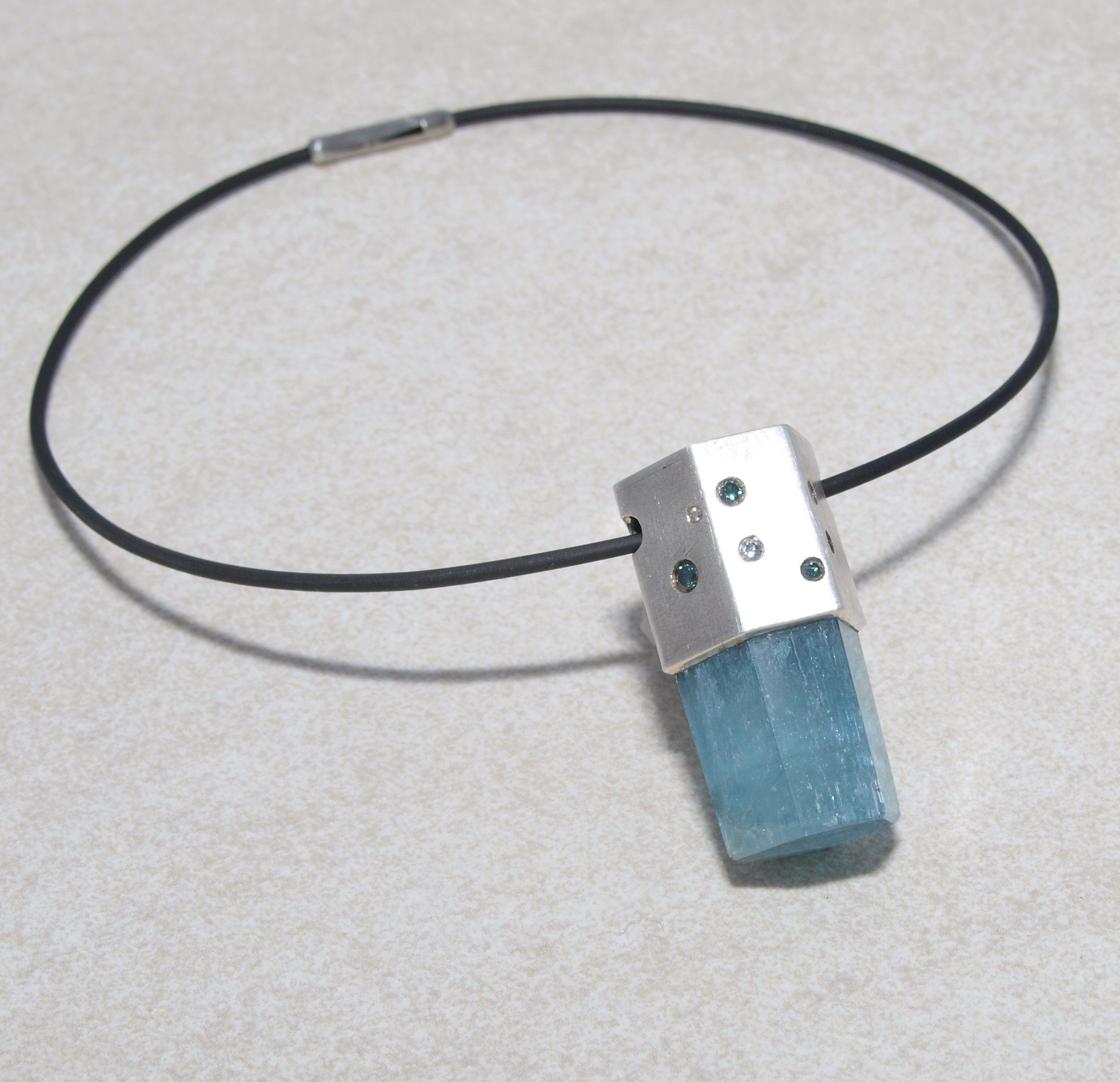 Aquamarinkristall in Silberfassung mit blauen und heißen Brillanten