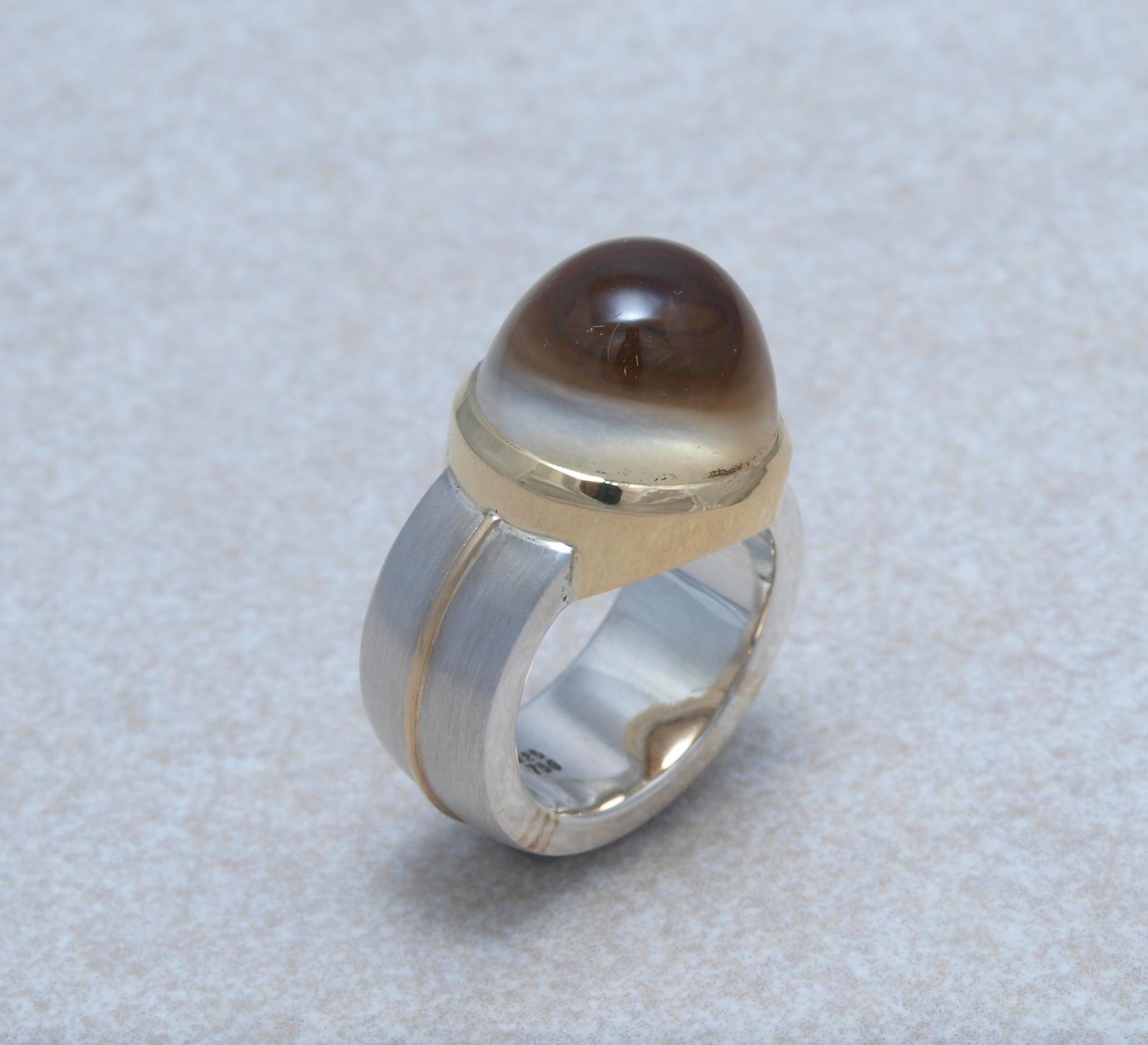Citrin mit einer gesandstrahlten Unterseite in Gold und Sterlingsilber