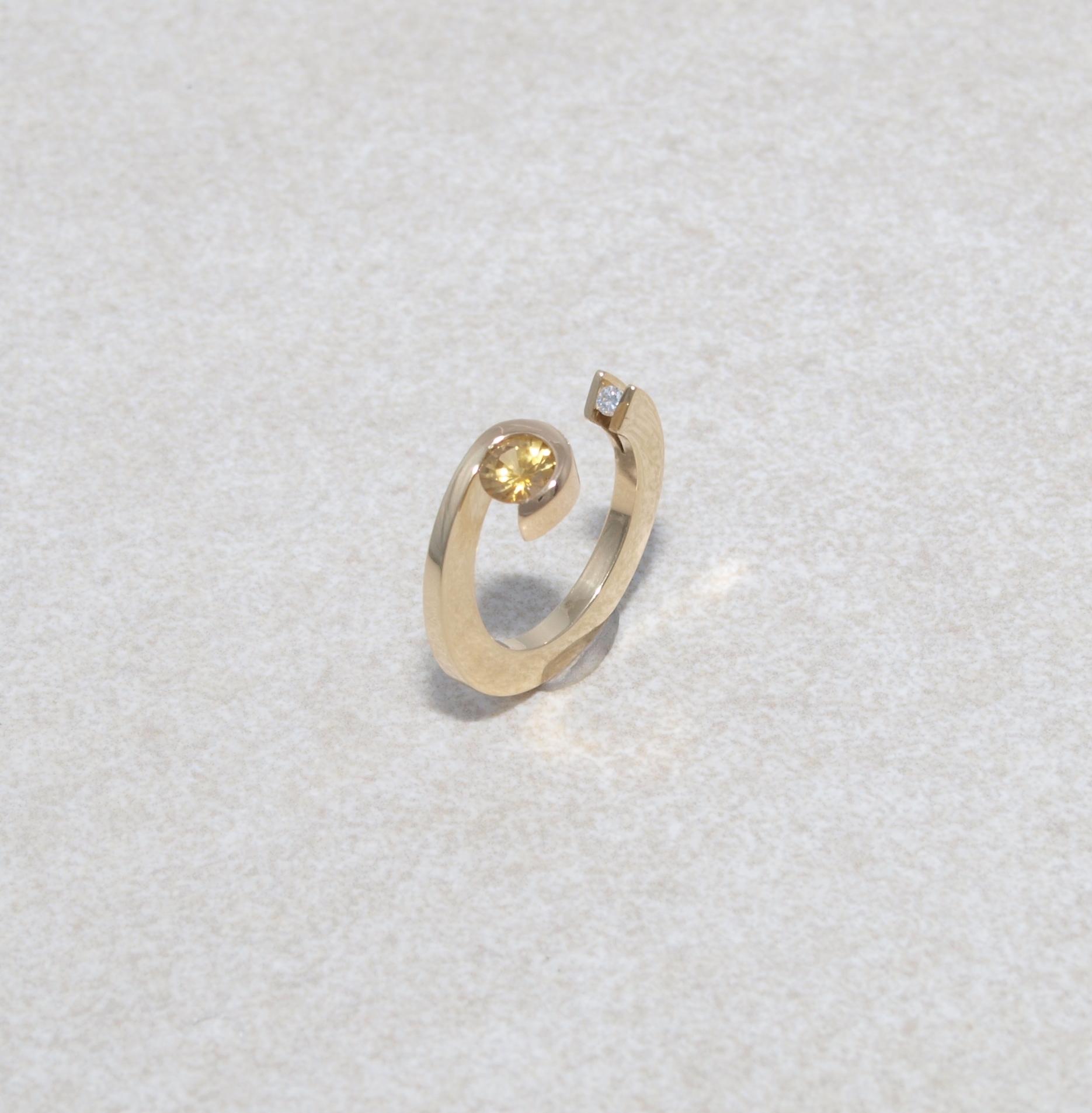 Spannender Ring in Gold mit Catrin und Brillant