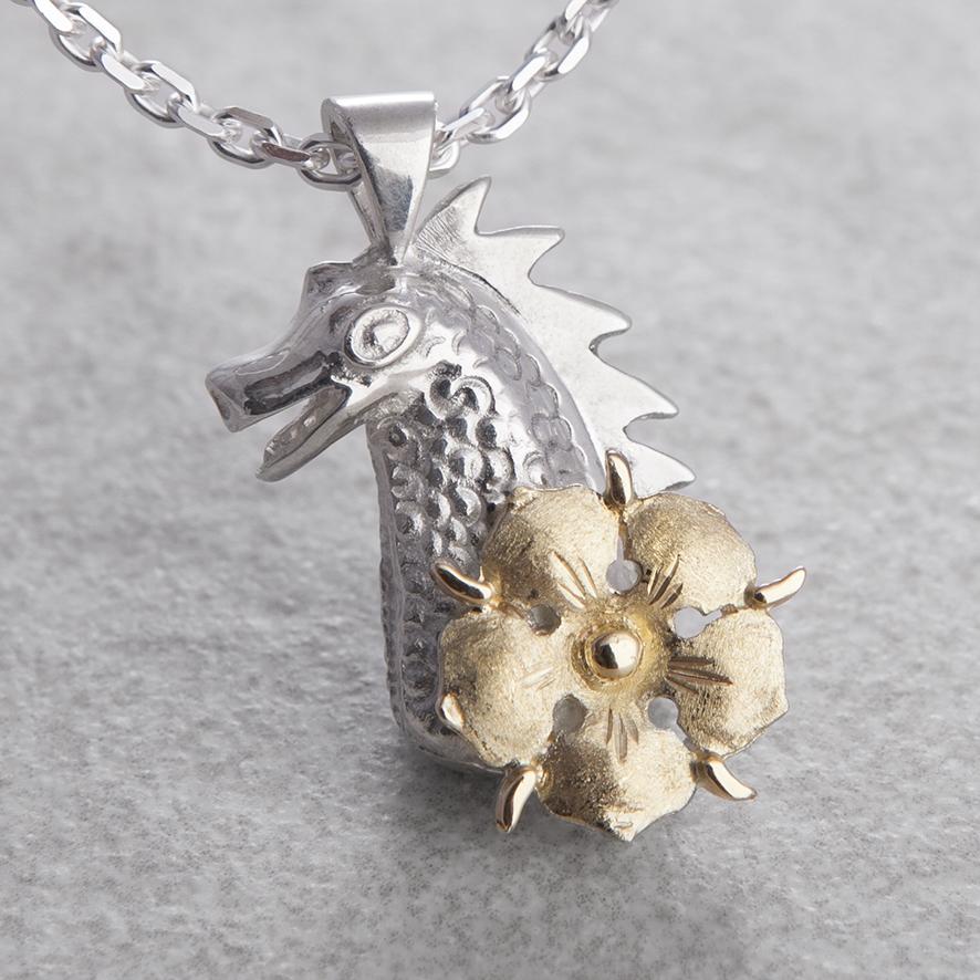 Anhänger in Silber mit goldener Mispel  der Drachentochter Gelderns