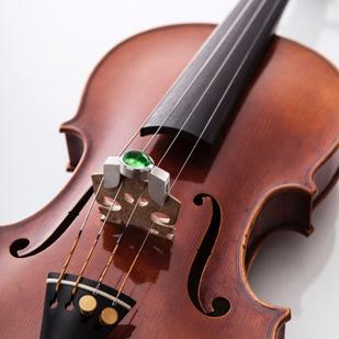 Tsavorit in einem Geigendämpfer mit Ziegenspaltleder als Hotelsämpfer zu spielen