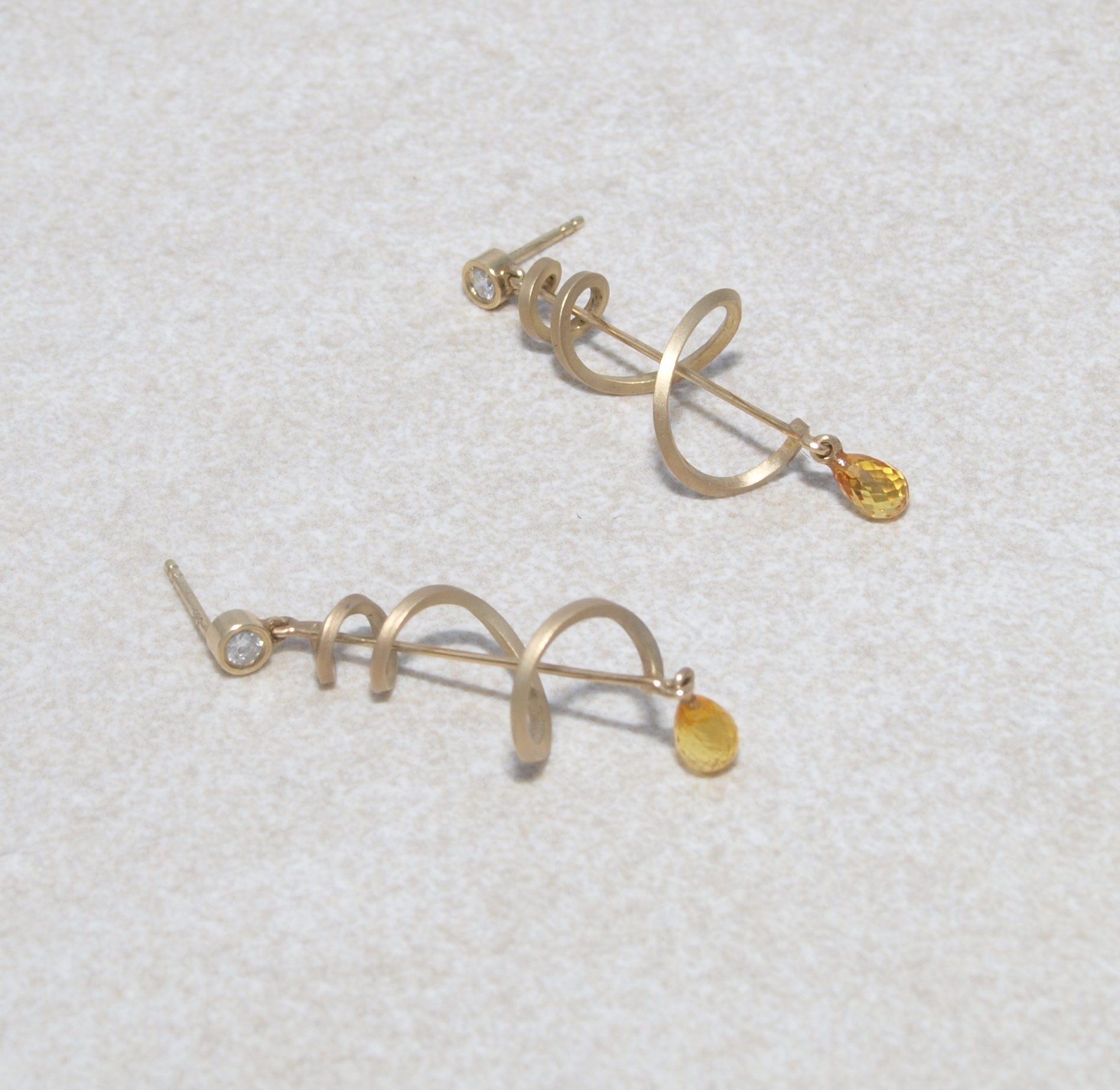 Goldene Ohrhänger mit Brillanten und gelben Saphirpampeln