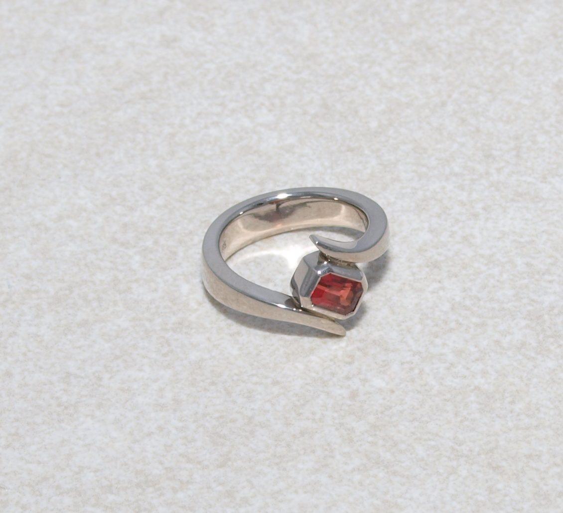 Roter Saphir in Weißgoldring